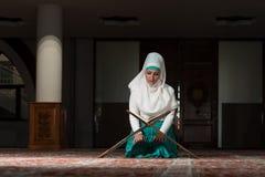 Muzułmańska kobieta Czyta Koran Fotografia Royalty Free