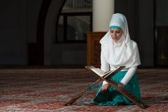 Muzułmańska kobieta Czyta Koran Fotografia Stock