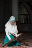 Muzułmańska kobieta Czyta Koran Obrazy Royalty Free