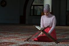 Muzułmańska kobieta Czyta Koran Zdjęcia Stock