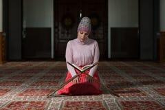 Muzułmańska kobieta Czyta Koran Zdjęcie Stock