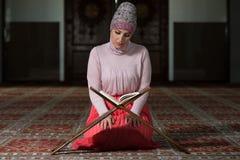 Muzułmańska kobieta Czyta Koran Obraz Stock