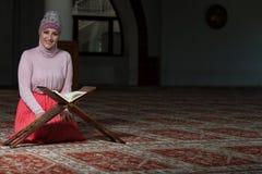 Muzułmańska kobieta Czyta Koran Zdjęcie Royalty Free