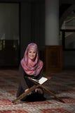 Muzułmańska kobieta Czyta Koran Obraz Royalty Free