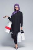 Muzułmańska kobieta iść robić zakupy Obrazy Royalty Free