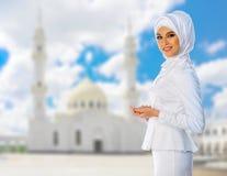 Muzułmańska kobieta na białym meczetowym tle Zdjęcia Royalty Free