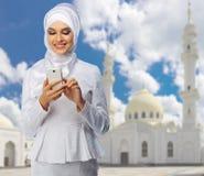 Muzułmańska kobieta na białym meczetowym tle Obraz Stock