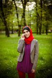 Muzułmańska kobieta opowiada na telefonie i używa technologię Muzułmańska kobieta używa mądrze telefon zdjęcia stock