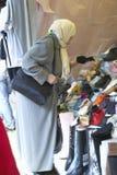 Muzułmańska kobieta przy pchli targ zakupy dla butów, Paryż, Francja Fotografia Royalty Free
