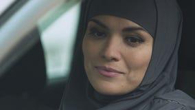 Muzułmańska kobieta stacza się samochodowego okno puszek sprawdzać drogę, baczny kierowca, zbliżenie zdjęcie wideo