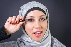 Muzułmańska kobieta stosuje tusz do rzęs fotografia royalty free