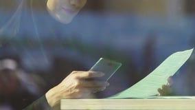 Muzułmańska kobieta używa smartphone, płaci rachunki dla użyteczność, online transakcje zbiory