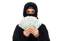 Muzułmańska kobieta w hijab z pieniądze nad bielem fotografia stock
