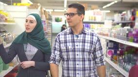 Muzułmańska para w supermarkecie zbiory