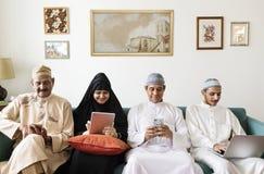 Muzułmańska rodzina używa cyfrowych przyrząda w domu zdjęcie stock