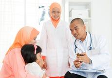 Muzułmańska rodzinna ordynacyjna lekarka obraz stock