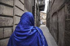 Muzułmańska tradycyjna kobieta odwiedza starego dziejowego miasto w Baku Azerbejdżan Innrer miasto zdjęcie stock