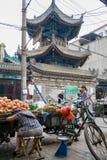 Muzułmańska ulica w Xian Główny karmowy uliczny teren zna jako Huimin ulica lub muzułmanin ćwiartka zdjęcia stock