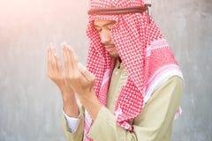Muzułmański arabski mężczyzna modlenie, modlitewny pojęcie dla wiary, duchowość i religia, fotografia royalty free