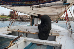 Muzułmański barkarz Nil w Luxor, Egipt przy zmierzchem Obraz Stock