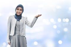 Muzułmański biznesowej kobiety przedstawienie coś obraz stock
