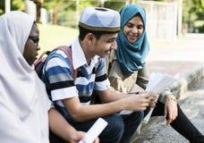Muzułmański chłopiec i dziewczyn studiować plenerowy Zdjęcie Stock