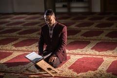 Muzułmański czytelniczy Koran Zdjęcia Royalty Free