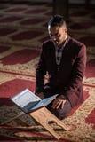 Muzułmański czytelniczy Koran Obrazy Stock