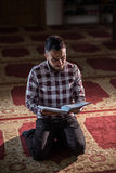 Muzułmański czytelniczy Koran Fotografia Stock
