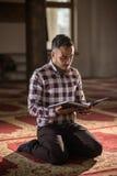 Muzułmański czytelniczy Koran Obraz Royalty Free
