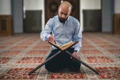 Muzułmański czytelniczy Koran fotografia royalty free