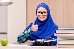 Muzułmański dziewczyny narządzanie dla hasłowych egzaminów Obraz Royalty Free