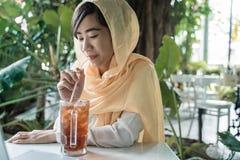 Muzułmański kobiety przerwy zamocowanie fotografia stock