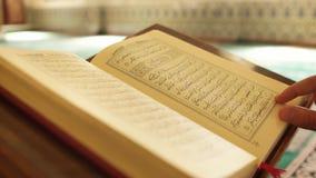 Muzułmański mężczyzna czyta Qur'an zdjęcie wideo