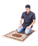 Muzułmański mężczyzna jest ja modli się na tradycyjnym sposobie Zdjęcie Royalty Free