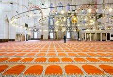 Muzułmański mężczyzna odprowadzenie na dywanie wśrodku sławnego Suleymaniye meczetu fotografia royalty free