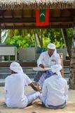Muzułmański maldivian starszy dhivehi ortografii nauczyciel daje lekci jego ucznie zdjęcia stock