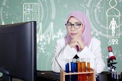 Muzułmański naukowiec patrzeje zadumanym w laboratorium Fotografia Royalty Free