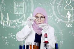 Muzułmański naukowiec pracuje w laboratorium Fotografia Royalty Free
