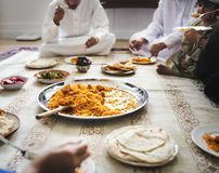Muzułmański rodzinny mieć gościa restauracji na podłoga obraz royalty free
