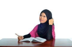 Muzułmański uczeń z notatnikiem i piórem Zdjęcia Royalty Free