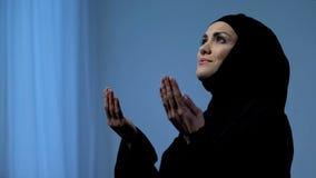Muzułmańskie damy dźwigania ręki niebo, błogosławieństwo bóg, islamskie religijne tradycje fotografia royalty free