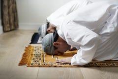 Muzułmańskie modlitwy w Sujud posturze zdjęcia stock