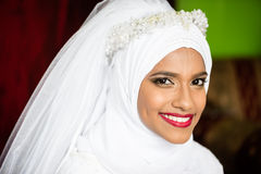 Muzułmańskiego panny młodej młodego pięknego piękna ślubnej sukni chustka na głowę portreta biały uśmiech fotografia royalty free