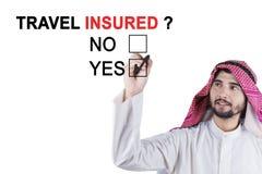 Muzułmańskiego przedsiębiorcy akceptująca podróż ubezpiecząca obraz royalty free