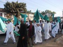 Muzułmanie podnosi zieleni flaga Zdjęcie Royalty Free