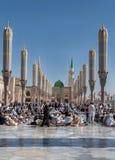 Muzułmanie zbierali dla cześć Nabawi meczetu, Medina, Arabia Saudyjska Obraz Stock