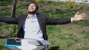 Muzułmanin bawić się w grą na telefonie r fotografia royalty free