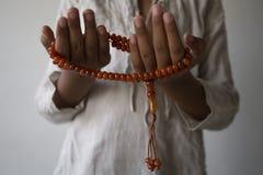 Muzu?man potomstwa one modl? si? dla boga Ramadan z nadziej? i przebaczenie, islam jest wiar? dla pi?ciodniowej modlitwy, poj?cie obrazy royalty free