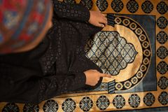 Muzu?man potomstwa one modl? si? dla boga w Ramadan z nadziej? i przebaczenie, islam jest wiar? dla pi?ciodniowej modlitwy, poj?c zdjęcia stock